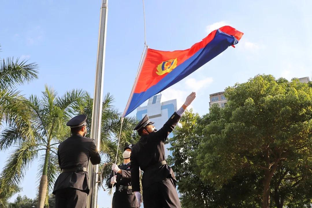 """【致敬警察节】我们的旗,定格最美""""警""""色!"""